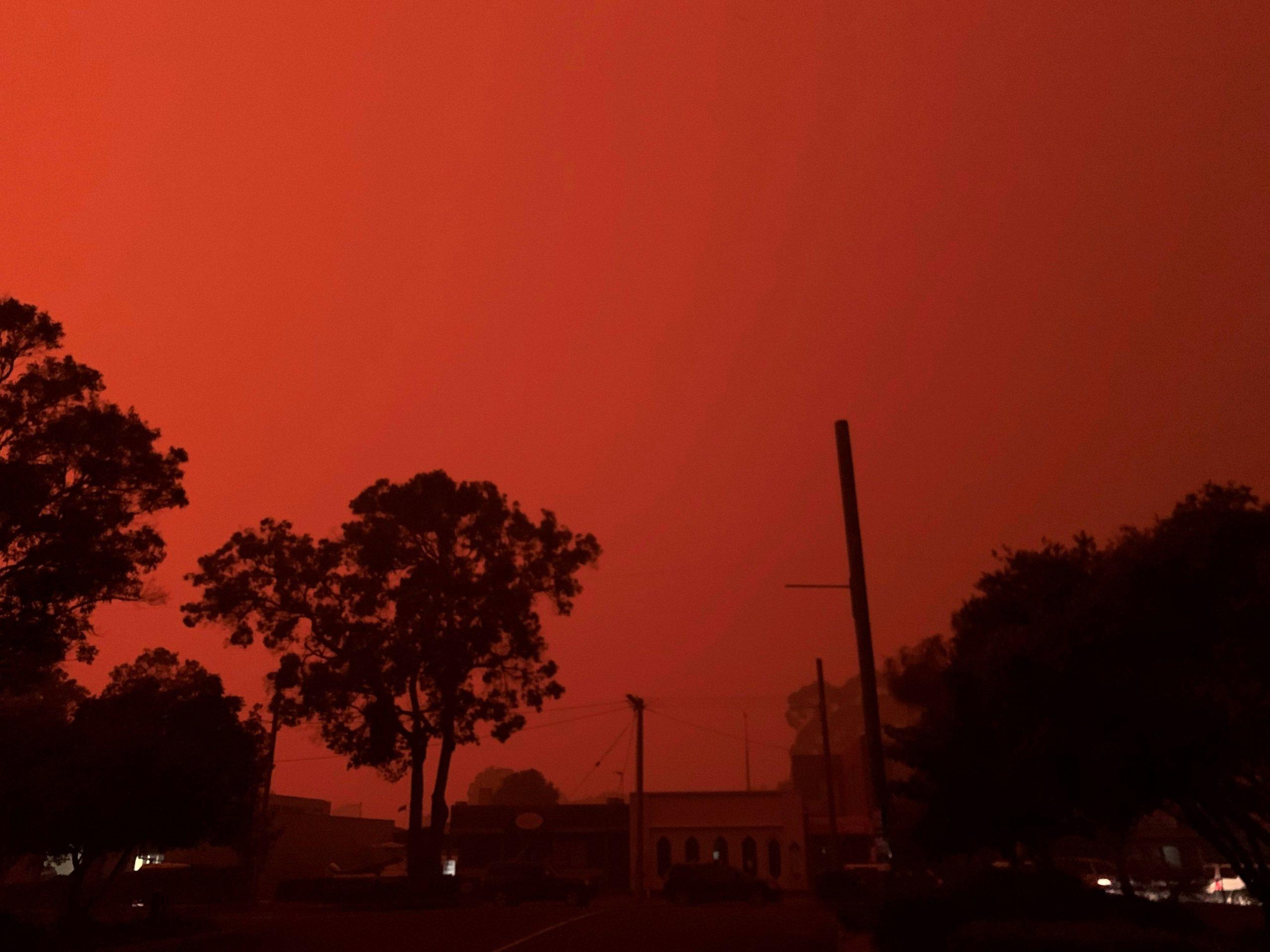 A cor do céu se transforma em vermelho na cidade de Mallacoota, Austrália, devido aos incêndios   31/12/2019