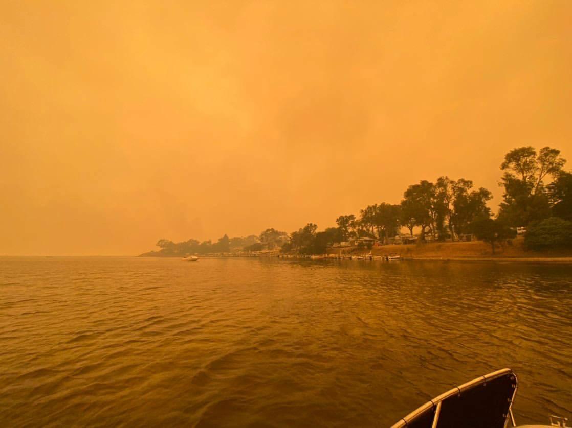 A fumaça dos incêndios sobre o céu da cidade de Mallacota, no Estado de Vitória, Austrália   31/12/2019