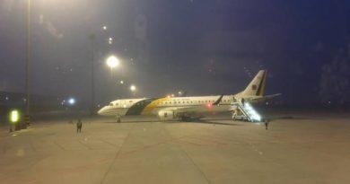 Coronavírus: brasileiros que serão repatriados embarcam em avião na China