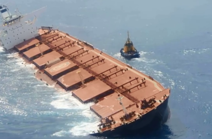 Mancha de óleo ao redor de navio encalhado não é de vazamento, diz Ibama