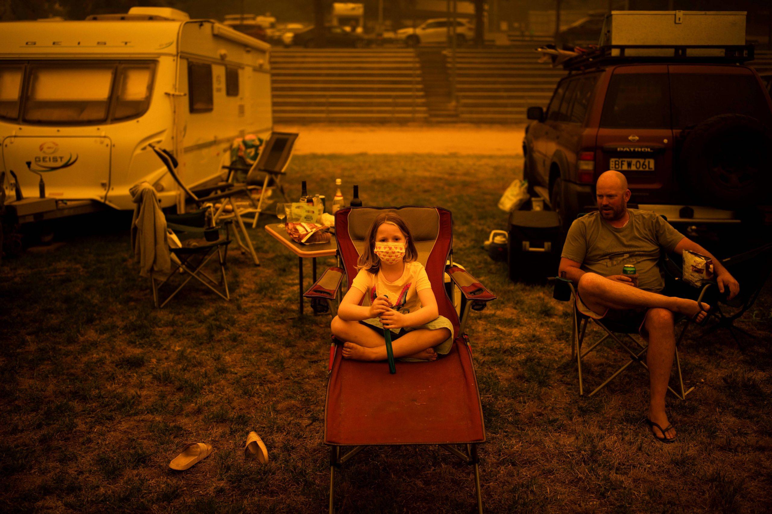 Uma família australiana que abandonou sua moradia devido os incêndios descansa em um campo para deslocados de casa   31/12/2019