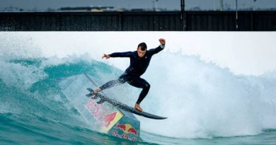 Australiano combina surfe e skate em piscina de ondas