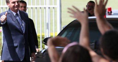 Bolsonaro interrompe isolamento do coronavírus e vai a ato em Brasília