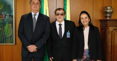 Bolsonaro recebe prefeito que chamou coronavírus de 'vírus boiola'