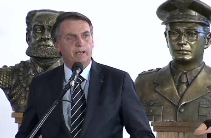 Em dia de nota pró ditadura, Bolsonaro se reúne com ministro da Defesa