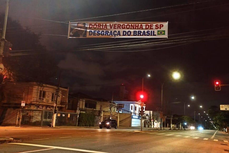 Faixas contra o governador João Doria foram espalhadas por São Paulo