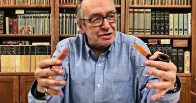 Olavo de Carvalho cobra explicação de Regina Duarte por expurgo na Cultura