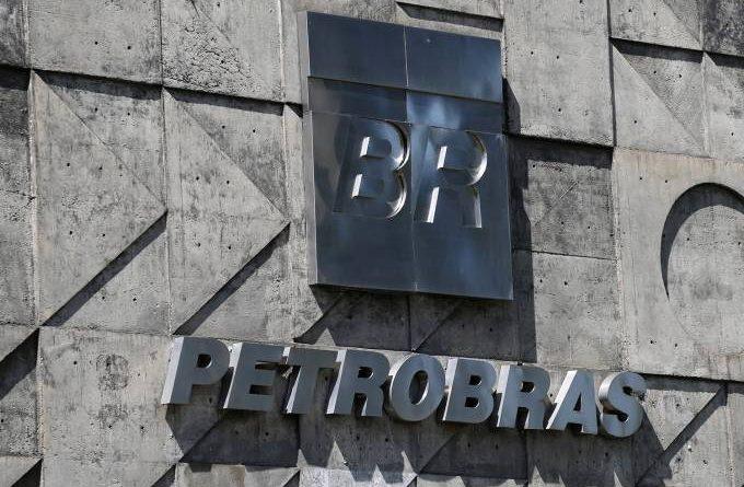 Petrobras corta salário de executivo, reduz investimento e adia dividendo