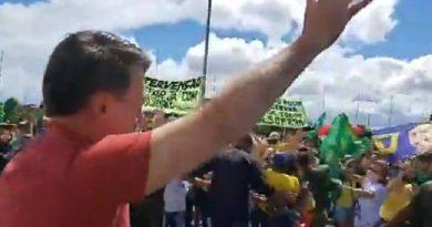 Bolsonaro fura quarentena e participa de manifestação no QG do Exército