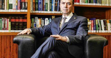 Eleito presidente do TSE, Luís Roberto Barroso estreia nas redes sociais