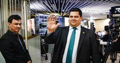 Alcolumbre pede parecer para decidir se devolve MP de Bolsonaro