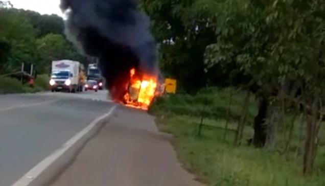Ambulância que transportava criança pega fogo