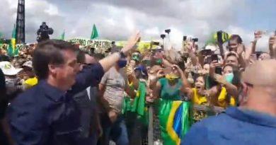 Bolsonaro vai para ato de apoiadores e cita lei de abuso de autoridade