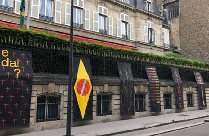 'E daí?': Embaixada do Brasil em Paris é alvo de protesto contra Bolsonaro
