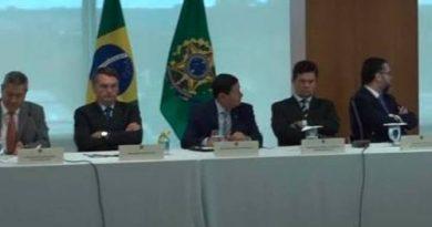 Mensagens de WhatsApp implodem versão de Bolsonaro na guerra com Moro