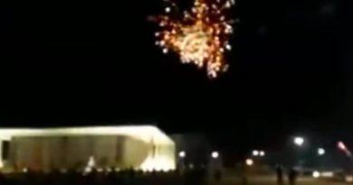 Manifestantes lançam fogos de artifício em direção ao STF