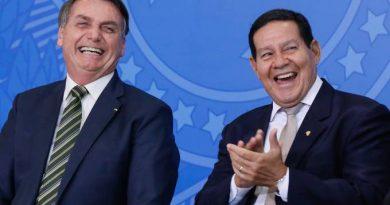Moraes pede vista e adia julgamento de ações contra Bolsonaro no TSE