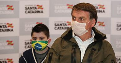 Bolsonaro diz ter sintomas de covid e que fará novos exames