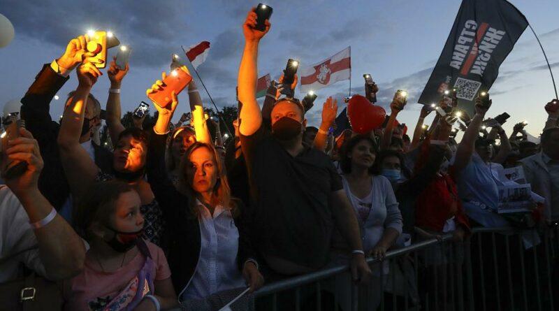 Comício da oposição do governo da Bielorrúsia com 25 mil pessoas