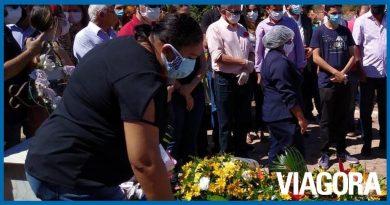 Deputado Assis Carvalho é sepultado em cemitério de Oeiras