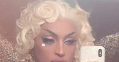 Pabllo Vittar incorpora Madonna e usa seios de silicone postiços