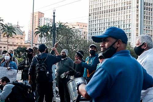 Em SP, vigília protesta contra mortes da população de rua na frente fria