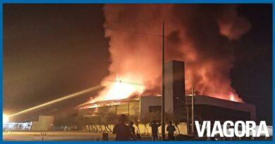 Incêndio de grandes proporções atinge distribuidora JSB em Teresina