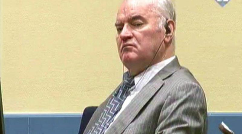 Mladic regressa à barra do tribunal