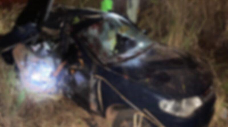 Passageira morre em acidente após colisão de carro com uma árvore na BR-218