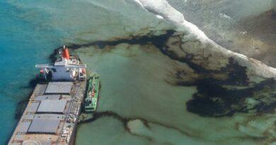 Petroleiro encalhado na Maurícia pode partir em dois