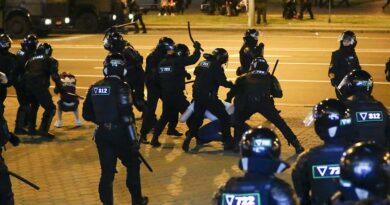 Terceira noite de protestos e confrontos em Minsk