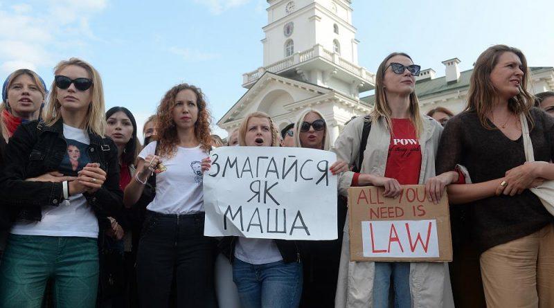 10.000 mulheres desfilam contra Lukashenko
