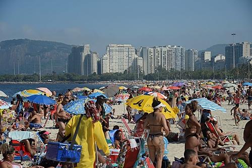 Com praias lotadas, Brasil fecha o feriado com mais 310 mortos por covid