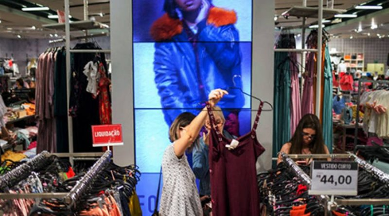 Demanda surpreende e deve deixar as roupas mais caras no país