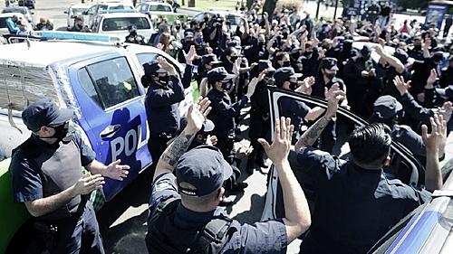 Em protesto, policiais cercam residência presidencial na Argentina
