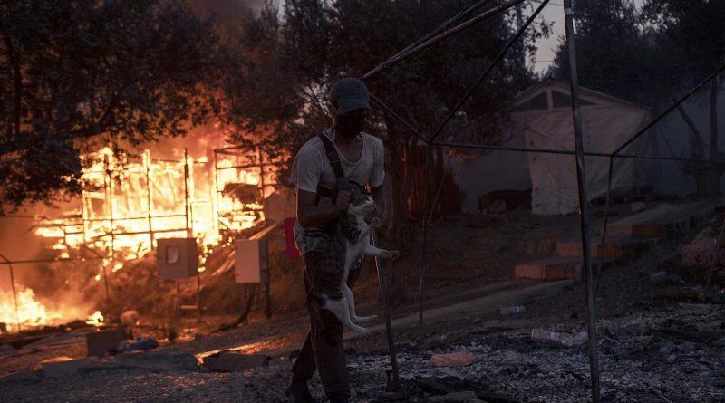 """Governo grego suspeita de """"mão criminosa"""" no incêndio de Moria"""
