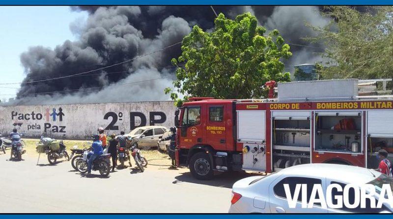 Incêndio atinge vários veículos em depósito de delegacia em Timon