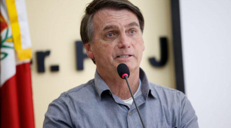 Longe de entrevistas, Bolsonaro gera crises com declarações em lives e conversas com apoiadores