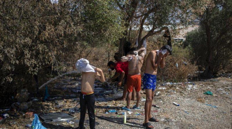 Migrantes desalojados manifestam se nas ruas de Lesbos