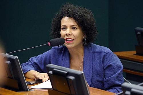 """""""Precisamos de um governo de ocupação popular"""", defende Áurea Carolina, do Psol em BH"""