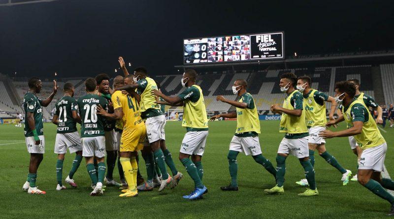 Torcida recebe elenco com festa após vitória no Derby e Lucas Lima ganha elogio